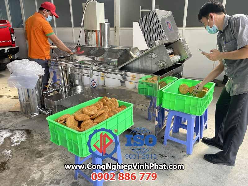 Máy chiên băng tải công nghiệp cho chả cá, tôm tẩm bột, chả mực, đùi gà, khoai tây chiên...