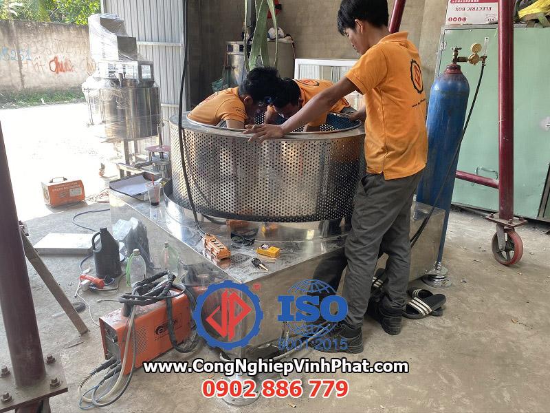 Công nhân đang lắp ráp máy vắt ly tâm inox 1200, máy ly tâm công nghiệp cỡ lớn