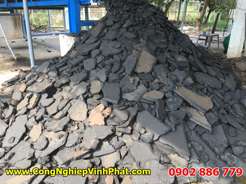 Bánh bùn sau khi được tách nước bởi máy ép bùn khung bản có độ khô cực kỳ cao