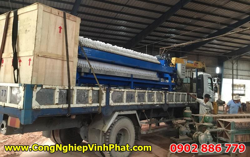 Giao hàng máy ép bùn khung bản Việt Nam bằng xe chuyên dụng