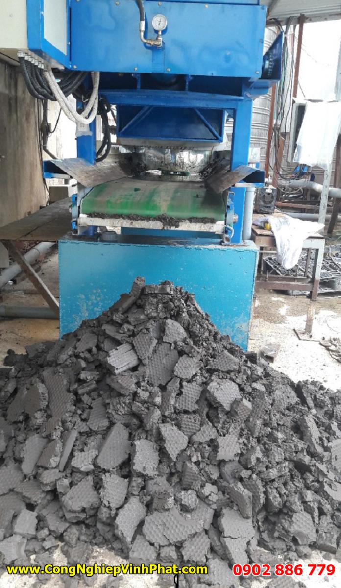 Nhìn bánh bùn đầu ra để tự đánh giá chất lượng máy ép bùn khung bản Việt Nam của Cty Vĩnh Phát